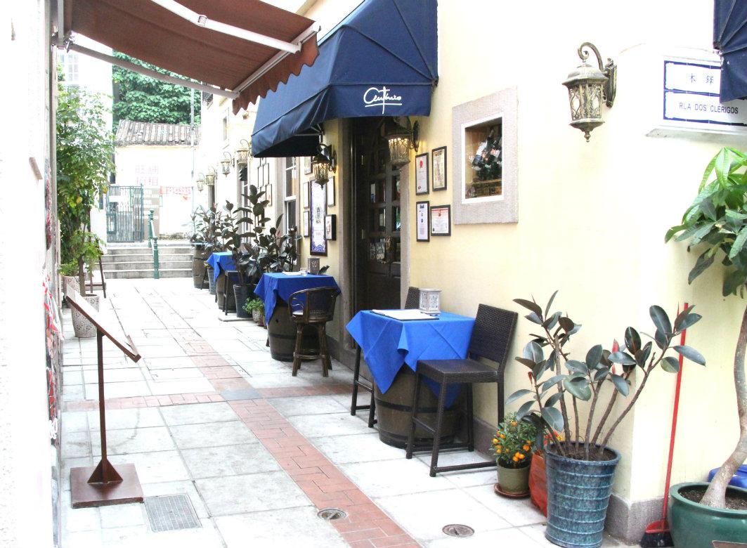 Antonio in Macau, Entrance